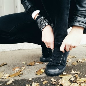 black-sneakers-levis-outfit